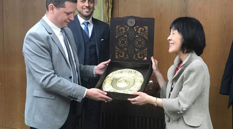 Уникален сувенир с български царе, подарен от губернатора на Софийска област Илиан Тодоров ще краси кабинета на губернатор Харуми Такахаши