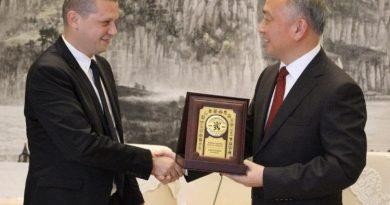 Илиан Тодоров получи поредното дарение от Китай, провинция Хубей изпрати 5000 маски и 500 инфра термометри
