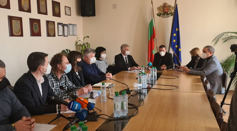 Областният управител Илиан Тодоров поиска от МС целево отпускане на средства за почистване на плаващите боклуци по р. Искър