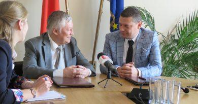 Областният управител Илиан Тодоров и Анатолий Карпов играха шах и подписаха споразумение