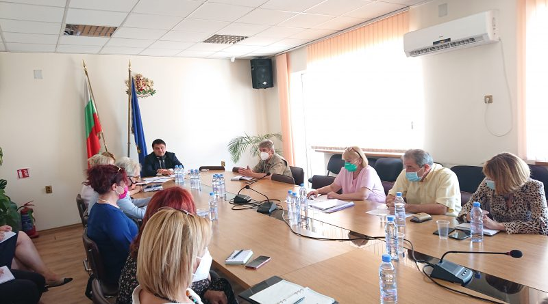 Областният управител на Софийска област Радослав Стойчев свика областния кризисен щаб във връзка  с Националния оперативен план за справяне с пандемията
